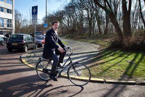 Perdana Menteri Belanda Mark Rutte bersepeda